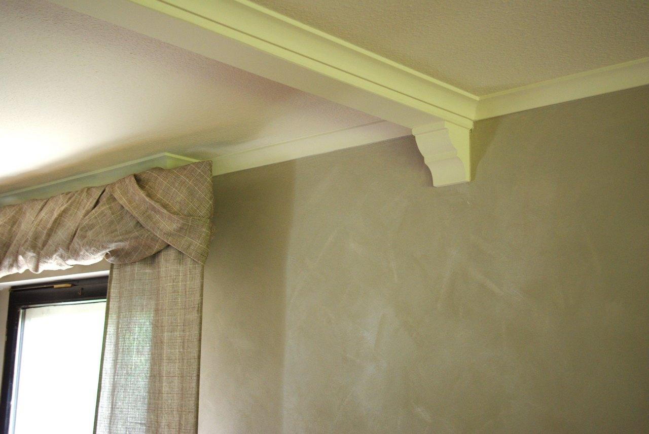 stuck an der decke in der ist noch ein barockes muster erhalten das allerdings nur durch. Black Bedroom Furniture Sets. Home Design Ideas